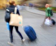 Venta Gente con las maletas a toda prisa Foto de archivo libre de regalías