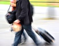 Venta Gente con las maletas a toda prisa Fotos de archivo libres de regalías