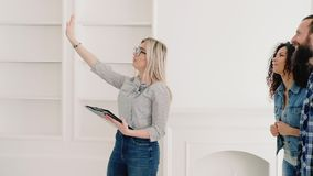 Venta moderna de la casa de los clientes del agente inmobiliario nueva almacen de video