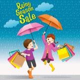 Venta, muchacho y muchacha de la estación de lluvias debajo del paraguas que salta juguetónamente Fotos de archivo