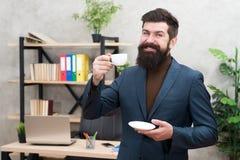 Ventajas de la cultura del café de la oficina Taza barbuda del control del empresario del hombre de negocios del encargado del ho fotografía de archivo libre de regalías