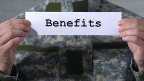 Ventajas escritas en el papel en manos del soldado, ayuda económica a los veteranos metrajes