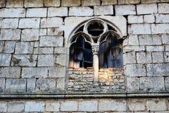 Ventana abandonada y de piedras de macadán Foto de archivo