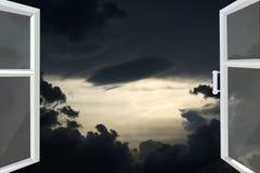 Ventana abierta al cielo oscuro de la noche Fotos de archivo libres de regalías