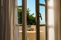 Ventana abierta con la visión mediterránea relajante foto de archivo