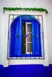 Ventana abierta con los obturadores y las barras de metal azules Fotografía de archivo libre de regalías