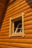 Ventana abierta en choza de la madera fotografía de archivo
