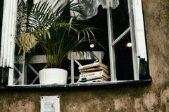 Ventana abierta en el verano en el cual los libros de las mentiras del travesaño de la ventana y la a Fotos de archivo libres de regalías
