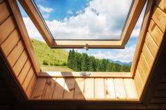 Ventana abierta en la casa de madera del pueblo en montañas Foto de archivo libre de regalías