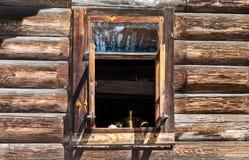 Ventana abierta en la casa de madera rural Imágenes de archivo libres de regalías