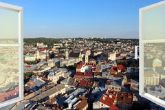 Ventana abierta a los tejados de la ciudad fotos de archivo