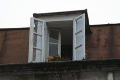 Ventana acogedora en una casa vieja Imágenes de archivo libres de regalías
