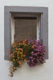 Ventana adornada con las flores Fotografía de archivo libre de regalías