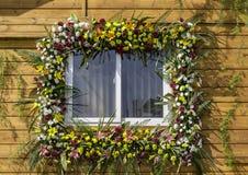 Ventana adornada con las flores Imágenes de archivo libres de regalías