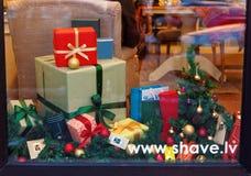 Ventana adornada de la Navidad con las cajas de regalo Fotografía de archivo