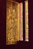 Ventana adornada en Wat Chedi Luang Chiang Mai wihan fotos de archivo libres de regalías