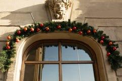 Ventana adornada para los días de fiesta del Año Nuevo y de la Navidad en Lvov Imagen de archivo