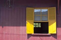 Ventana amarilla imagenes de archivo