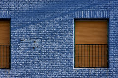 ventana amarilla en pared azul clara en el centro del boca del la Fotografía de archivo