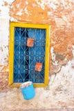 Ventana amarilla en Túnez imagenes de archivo