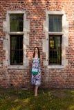 Ventana antigua de la pared de la mujer morena, Groot Begijnhof, Lovaina, Bélgica foto de archivo libre de regalías