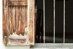 Ventana antigua y barras corroídas Imágenes de archivo libres de regalías