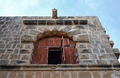 Ventana/arco alto en la pared de un castillo antiguo Visión inferior Imagen de archivo libre de regalías