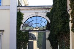 Ventana arqueada en fachada del edificio neoclásico imagen de archivo