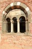 Ventana arqueada en la abadía de Croce del alla de Santa María, Tiglieto, Italia Foto de archivo