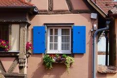 Ventana azul de una casa beige imagenes de archivo
