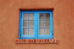 Ventana azul en Adobe Fotografía de archivo libre de regalías