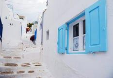 Ventana azul en la calle de Mykonos Fotografía de archivo