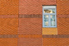 Ventana azul en una pared de ladrillo roja fotos de archivo libres de regalías