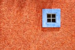 Ventana azul, pared anaranjada - tropical Fotografía de archivo libre de regalías