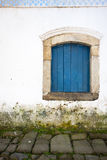 Ventana azul sobre la calzada Imagenes de archivo