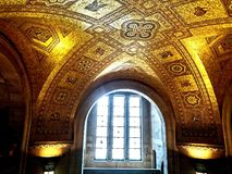 ventana, bóveda y arte imagen de archivo