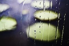 Ventana bañada en la lluvia de la tarde foto de archivo libre de regalías