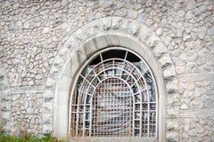 Ventana barrada de piedras de macadán en la capilla Fotos de archivo libres de regalías