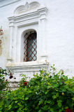 Ventana barrada - detalle de una iglesia blanca vieja Foto de archivo