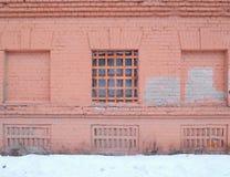 ventana barrada en el edificio imagen de archivo