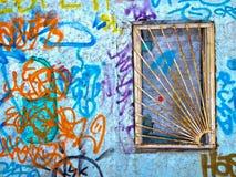 Ventana barrada, pared con graffity Imagen de archivo libre de regalías