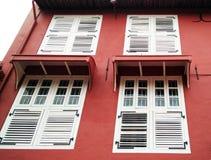 Ventana blanca con la pared roja Fotografía de archivo libre de regalías