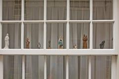 Ventana blanca con los figuries del sagrado foto de archivo