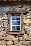 Ventana blanca de un castillo viejo Fotos de archivo libres de regalías