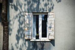 Ventana blanca decorativa en una pared de madera blanca en Italia Foto de archivo