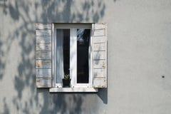 Ventana blanca decorativa en una pared de madera blanca en Italia Fotos de archivo libres de regalías