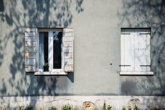 Ventana blanca decorativa en una pared de madera blanca en Italia Imagenes de archivo