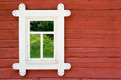 Ventana blanca decorativa en una pared vieja del cortijo Fotos de archivo libres de regalías