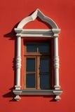 Ventana blanca en la pared roja Imagen de archivo libre de regalías