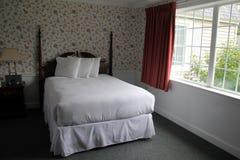 Ventana cercana determinada de la cama bastante gigante del hogar fotos de archivo